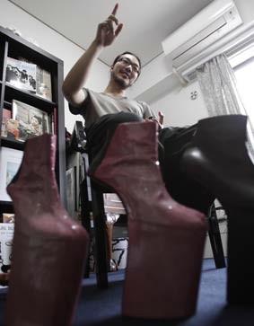 4f28a89f25 Japón inspira a diseñador de zapatos de Lady Gaga