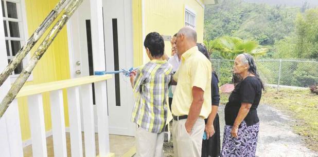 En esta ocasión, fue el matrimonio compuesto por Pedro Mass y Margarita Torres, residentes del barrio Saltillo de Adjuntas, quienes recientemente recibieron la llave de su nuevo hogar. (Suministrada)
