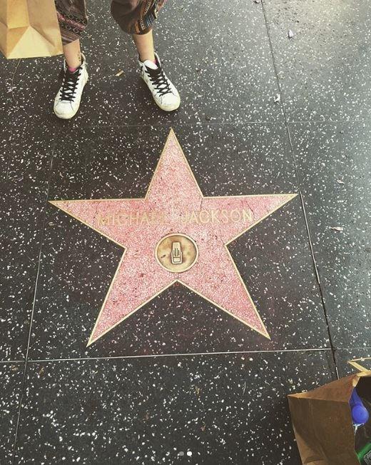 Paris Jackson limpia grafiti de la estrella de su padre en Hollywood