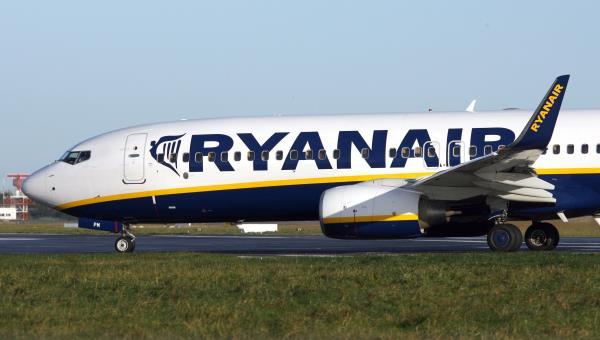Image result for Arrestan a hombre por correr tras avión en aeropuerto Dublín