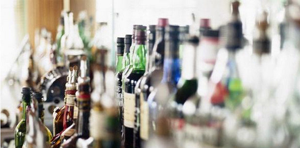 El negocio The Bear Tavern recibió multas por la suma de $3,500 por presuntamente poseer bebidas sin pagar impuestos, alterar bebidas alcohólicas y diluirlas y por servir bebidas no identificadas. (Archivo)