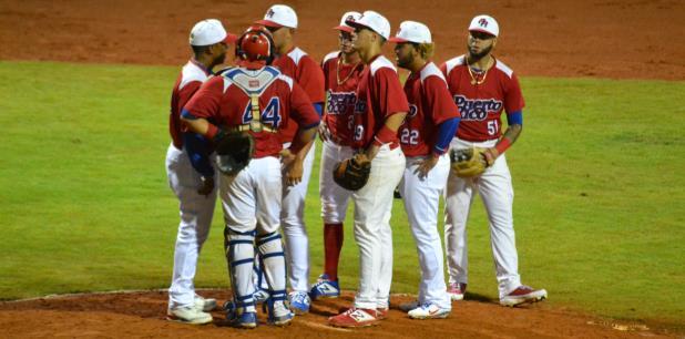 Ricky Bones, coach de lanzadores de la Selección Sub 23, conversa con un lanzador durante la acción en Colombia. (Suministrada)