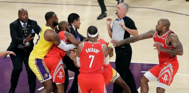 Ingram empujó a Harden y entonces confrontó al árbitro Jason Phillips tras recibir una falta técnica. (AP)