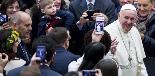 """El pontífice rechazó el """"ruido del consumismo"""" y subrayó que la Navidad """"es el triunfo de la humildad sobre la arrogancia, la sencillez sobre la abundancia"""". (EFE)"""