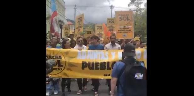 Parte de la manifestación hoy en Adjuntas. (Facebook)