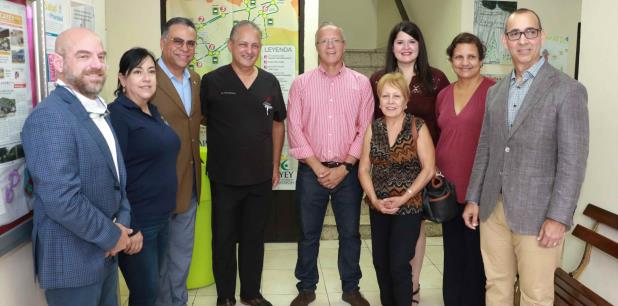 El alcalde Ortiz, al centro, con otros asistentes a la actividad sobre la nueva oficina. (suministrada)