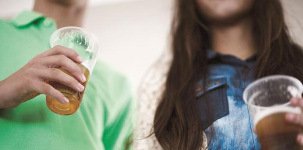 La medida estándar para calificar el consumo de alcohol como binge drinking en adultos varones es de cinco tragos o más, en racha, y para las mujeres, cuatro tragos o más. (Archivo)