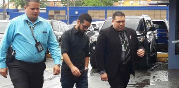 Rivera Vázquez, al centro durante a su citación para interrogatorio el pasado 8 de mayo, indicó en que está tranquilo. (archivo)