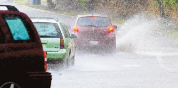 Se exhorta a la ciudadanía a que, si encuentra carreteras inundadas, no exponga su vida y vire. (archivo)