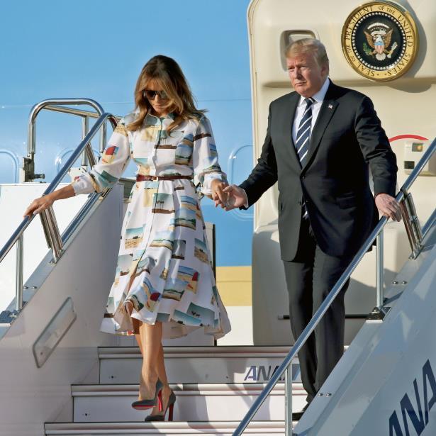 El presidente de Estados Unidos y la primera dama llegaron a Tokio luego de un viaje de 14 horas a bordo del avión presidencial Air Force One. (EFE / EPA / Koji Sasahara / Pool)