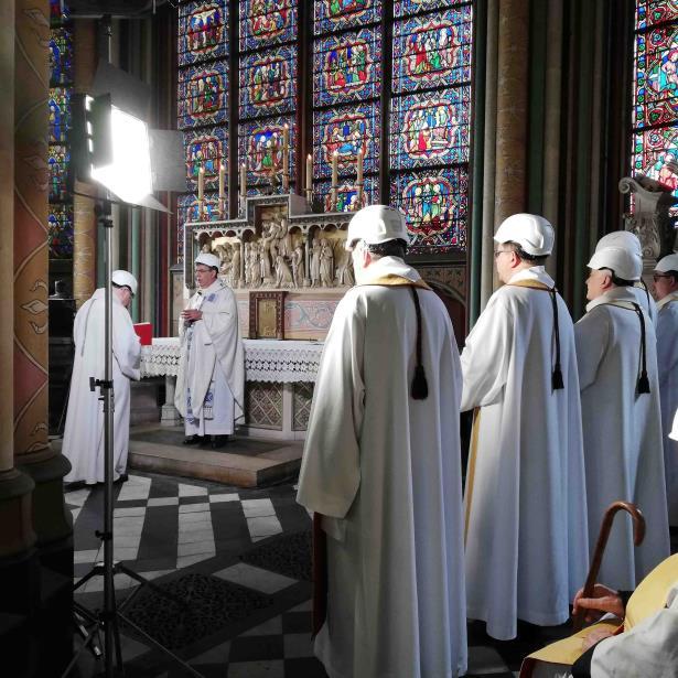 """Un sacerdote francés dijo que la ceremonia fue """"una verdadera felicidad, llena de esperanza"""". (AP)"""