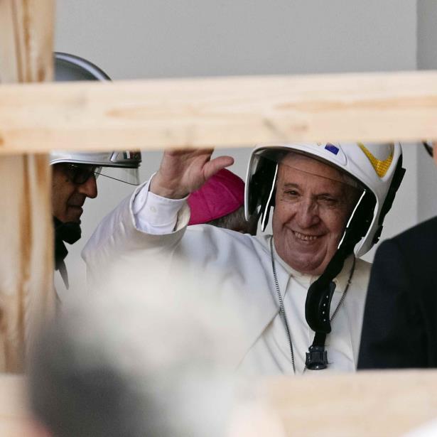 Antes de que ingresara a la catedral, al papa se le colocó un casco de seguridad de bombero. (AP)