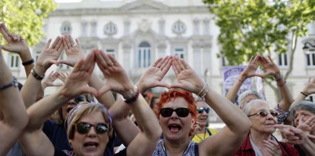 Manifestación en España en contra del abuso sexual, en concreto el ataque a una mujer por parte de un grupo de hombres apodado La Manada. (AP)