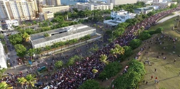 Miles de personas marcharon el pasado miércoles exigiendo la renuncia de Rosselló. (Drones de PR)