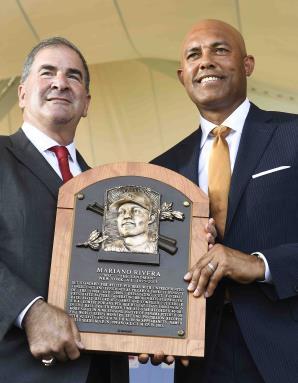 Mariano Rivera posa junto a Tim Mead, presidente del Salón de la Fama, al recibir su placa. (AP / Hans Pennink)