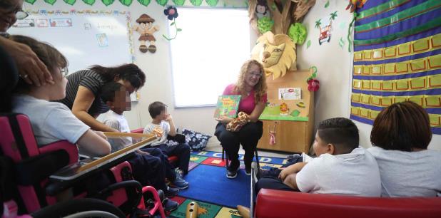 La maestra Amy Ríos da clases a su grupo dentro de uno de los módulos. Abajo, se aprecia la amplitud del vagón, habilitado con todo lo necesario para el aprendizaje.  (juan.luis@gfrmedia.com)
