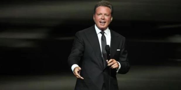 """Poco a poco el público fue entrando en calor con canciones como """"Si te vas"""" y """"Tú, solo tú"""". (El Universal)"""