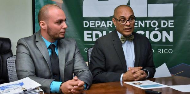 """""""Este servicio ha logrado la reducción de un 97 % de los escalamientos y vandalismo en las escuelas"""", informó el comisionado de seguridad de Educación, César González, aquí a la izquierda con el secretario Hernández. (suministrada)"""