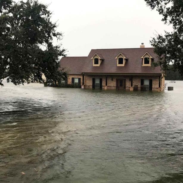 De acuerdo con el Servicio Nacional de Meteorología, los cálculos preliminares indican que el condado de Jefferson recibió 102 centímetros (40 pulgadas) de lluvia en el lapso de 72 horas. (AP)