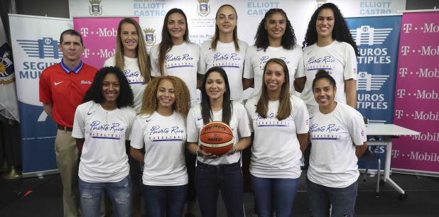 Las jugadoras del Equipo Nacional de Puerto Rico junto al dirigente Gerry Batista. (vanessa.serra@gfrmedia.com)
