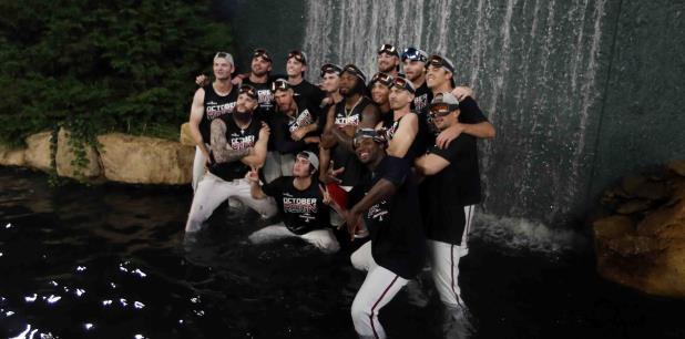 Los jugadores de los Bravos de Atlanta festejan luego del partido del viernes. (AP)