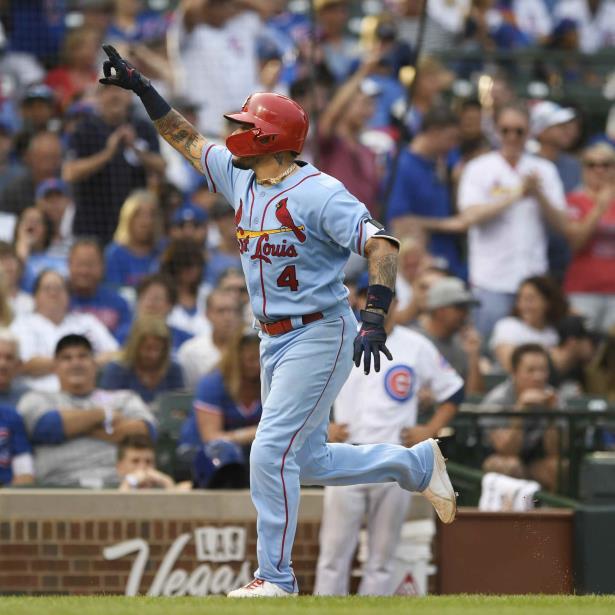 Yadier Molina señala al público mientras termina su recorrido por las bases. (AP)