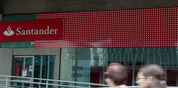 Santander es el cuarto banco más grande de Puerto Rico, con 27 sucursales y 1,000 empleados. (EFE / Fernando Bizerra Jr.)