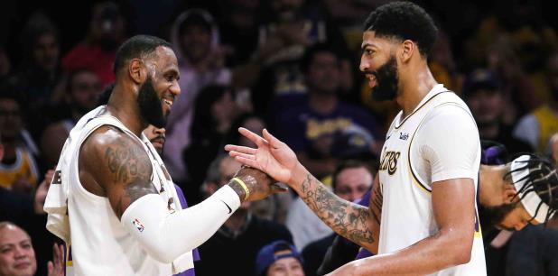La combinación de LeBron James y Anthony Davis tiene a los Lakers con marca de 21-3, empatados con los Bucks con el mejor récord en la NBA. (AP)