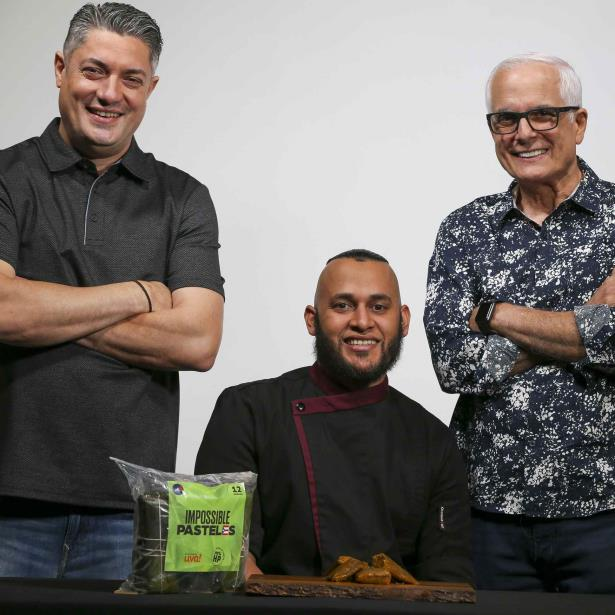 John Paul Vallenilla, el chef José Bonilla y Funky Joe promocionan la línea de pasteles veganos. (david.villafane@gfrmedia.com)