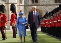 El presidente estadounidense Donald Trump y su esposa Melania fueron recibidos este viernes por la tarde por Isabel II a su llegada al castillo de Windsor para tomar el té. (GDA)