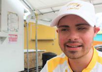 Christopher González Caro, con apenas 22 años, es el propietario de Chris Sin Límites, un carrito de comida que ubica en la Carretera PR-115 en Rincón. (Lester Jiménez / Para Primera Hora)