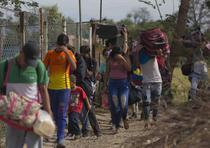 Grupo de venezolanos en uno de los recorridos para abandonar su país. (TODAS LAS FOTOS PRENSA ASOCIADA)