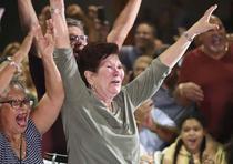 El jugador Edgar Martínez se convirtió en el quinto boricua en ser exaltado al Salón de la Fama del béisbol. En la foto, su madre, Cristina Salgado Rivera, celebra la exaltación de su hijo (david.villafane@gfrmedia)