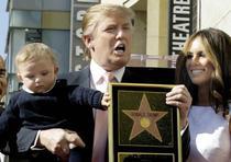 Donald Trump junto a Melania y Barron recibiendo su estrella en el Paseo de la Fama de Hollywood el 16 de enero de 2007. (Archivo)