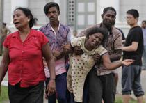 Parientes de una víctima lloran ante el ataque. (AP)