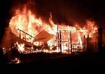 A Arleen Rosado le parece que todavía está viviendo una pesadilla luego que milagrosamente escapara con su hija de seis años de un incendio que redujo a cenizas su casa de madera.