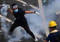 Varios de los manifestantes tienen máscaras, cascos o gafas protectoras. (AP)