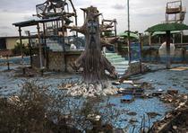 Una piscina temática en ruinas en el abandonado parque