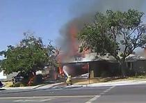En esta imagen tomada de un video proporcionado por Ben Hood, un bombero combate un incendio el jueves 4 de julio de 2019 tras un terremoto en Ridgecrest, California. (Ben Hood vía AP)