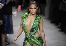 Jennifer López fue la estrella de la pasarela italiana. (AP / Luca Bruno)