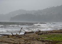 Oleaje en Yabucoa por la tormenta Karen. (tonito.zayas@gfrmedia.com)