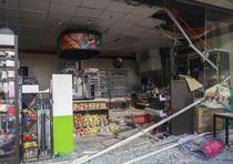 Escombros esparcidos en una tienda dañada por el terremoto. (AP)