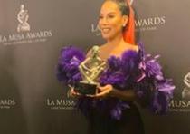 Ivy Queen posa con su premio La Musa. (Instagram)