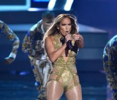 Jennifer López sufre dramática caída durante show en Las Vegas