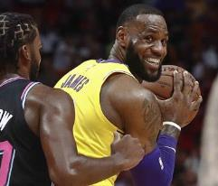 LeBron James anota 51 puntos en triunfo de Lakers