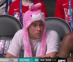 Bad Bunny debuta en la NBA y se lo gozó, pero no anotó