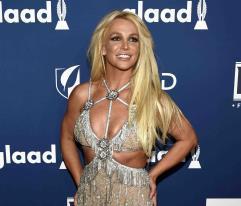 Britney Spears enseña su tonificado abdomen al ritmo de Bad Bunny