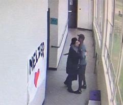 Vídeo revela como entrenador desarmó estudiante solo con un abrazo