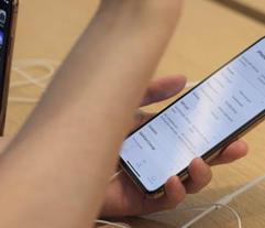 Un cliente mira el nuevo iPhone XS Max en una tienda de Apple en Nueva York. (AP / Patrick Sison)