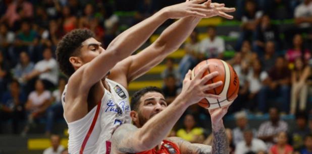 El debutante Tyler Davis terminó con 11 puntos y ocho rebotes en 16 minutos. (Suministrada / FIBA)